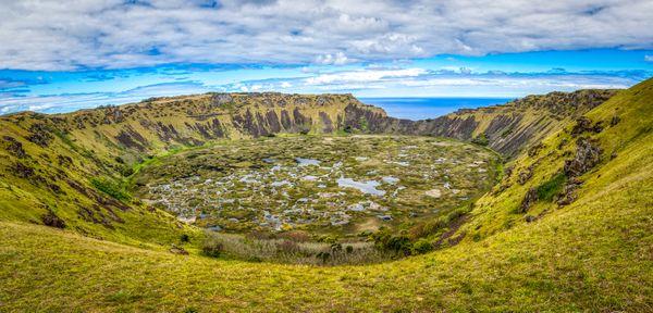 cratère du volcan Rano Raraku sur l'île de Pâques